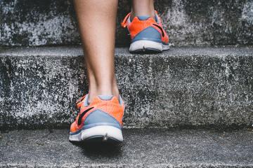 Lépcsőzés közben fáj a térde? Ne tűrje tovább, van segítség!