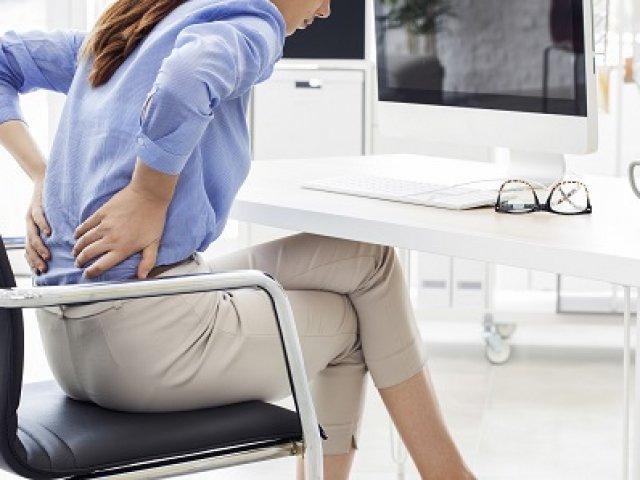 Így hat a hátfájás az életminőségre és a teljesítményre Ha sokáig tart a hátfájás, a munka és a magánélet is megsínyli