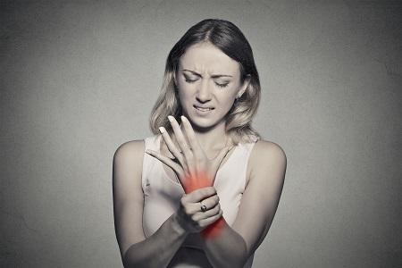 A csuklófájdalom oka ízületi gyulladás is lehet.
