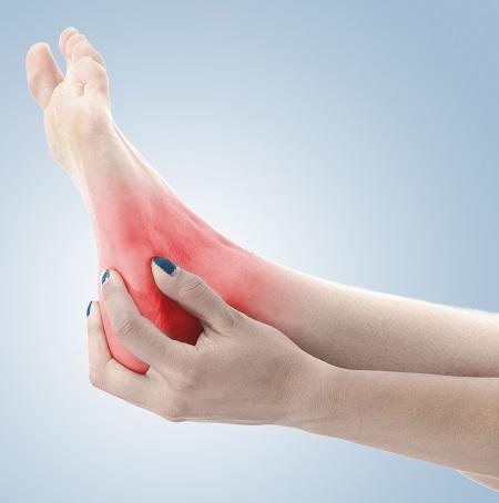 mindkét lábán a boka fáj